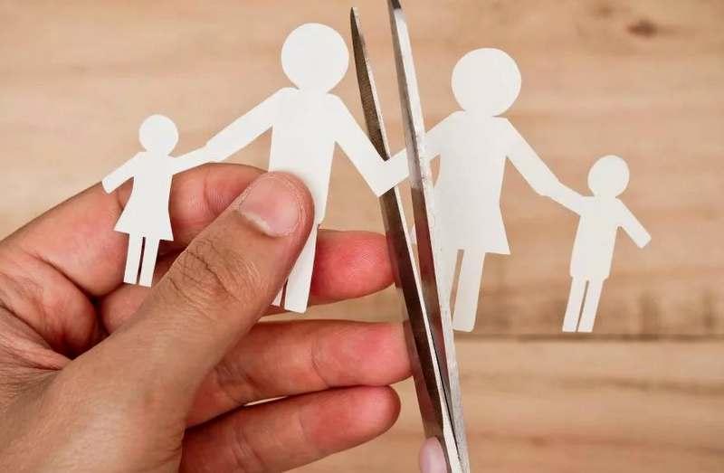 Как поменять фамилию ребенку после расторжения брака с его отцом?